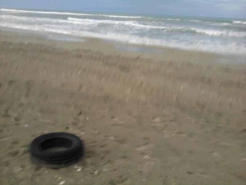 Arrivano turisti, la spiaggia è abbandonata gomme di automobili e sacchetti spazzatura